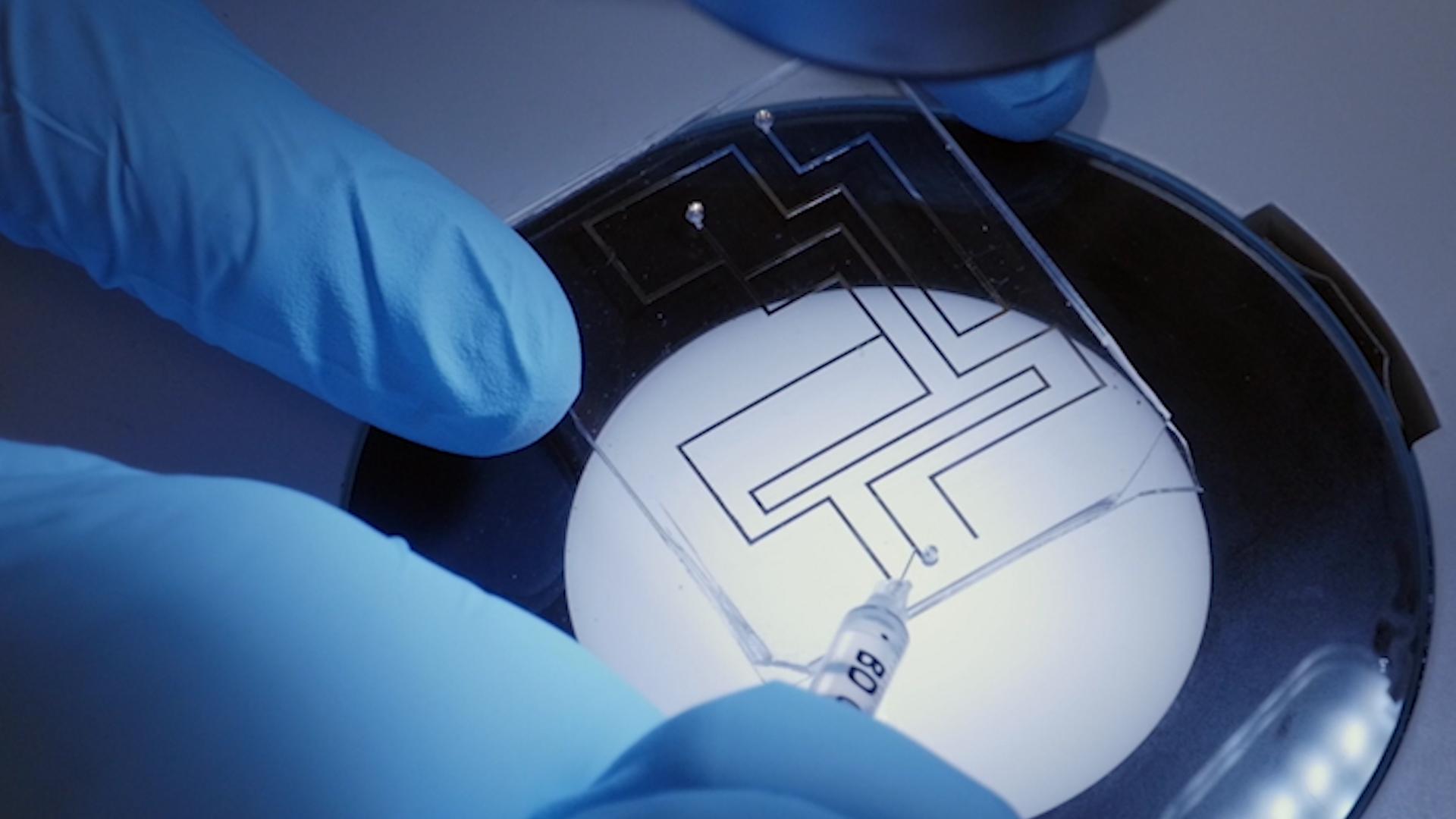 A طريقة لمعالجة التوتر السطحي من المعدن السائل عن طريق الأكسدة السطحية والحد من thumbnail